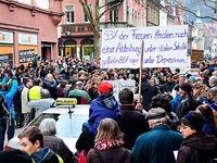 Studentin st�rt Demo der Piusbr�der und muss zahlen