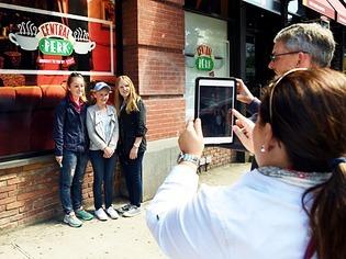 New York: Fans der TV-Serie Friends st�rmen einen  Nachbau des Caf�s