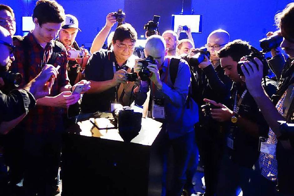 Fotografen fotografieren Fotoapparate: Weltpremiere der hochwertigen Systemkamera Samsung NX1 (Foto: Hans-Peter Müller)