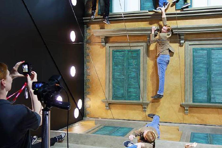 Originelle Szene am Stand von Canon. Wer wollte nicht schon mal am Abgrund hängen und doch nur  bequem in den Spiegel schauen? (Foto: Hans-Peter Müller)