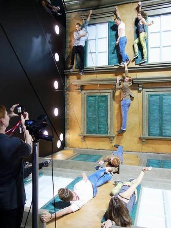 Originelle Szene am Stand von Canon. Wer wollte nicht schon mal am Abgrund hängen und doch nur  bequem in den Spiegel schauen?