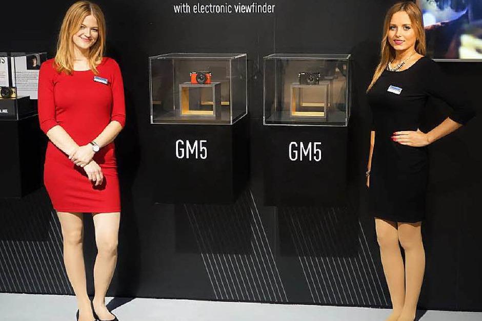In rot und schwarz: Die kleinste Systemkamera mit eingebautem Sucher – Lumix GM5 (Foto: Hans-Peter Müller)