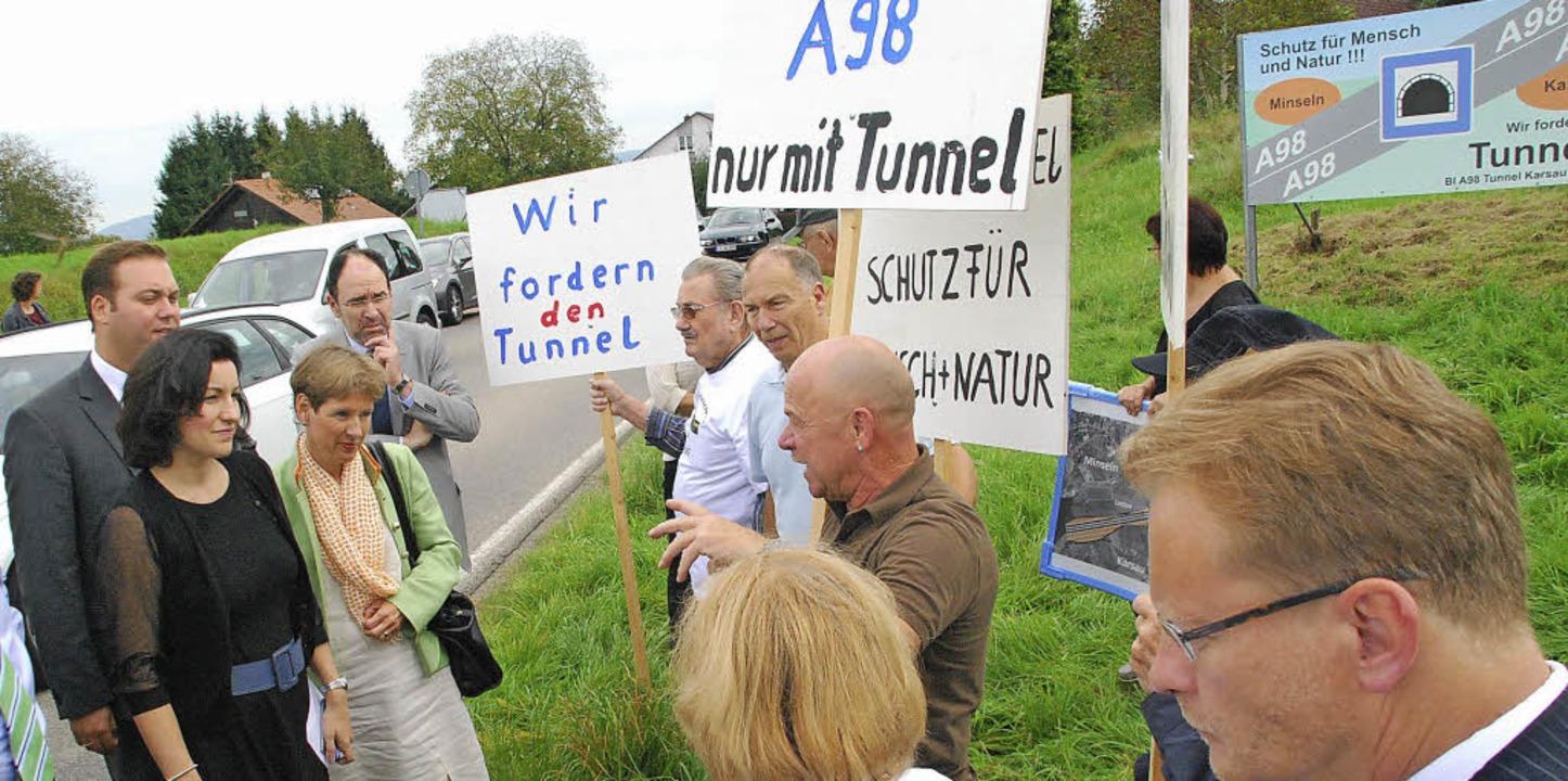 Am Ortsausgang Karsau wurden Staatssek...r Tross von der Tunnel-BI empfangen.    | Foto: Ralf Staub