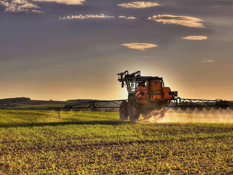 Ausbringen von Pflanzenschutzmitteln auf dem Acker  | Foto: Superingo - Fotolia