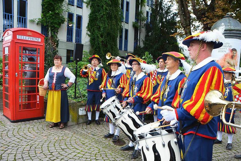 Mit den Fanfaren der Hachberger Herolde ging's am Samstagmorgen los, hier bei der Einweihung der neuen alten Telefonzelle. (Foto: Sylvi-Karina  Jahn)