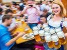 Oktoberfest  mit Bier, Dirndl, gute Laune