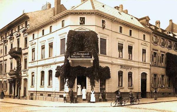 Die Moltkestraße  in der Freiburger Innenstadt ist schon lange eine Geschäftsstraße. In dem Eckhaus zur Sedanstraße war früher die Metzgerei Gerspach.