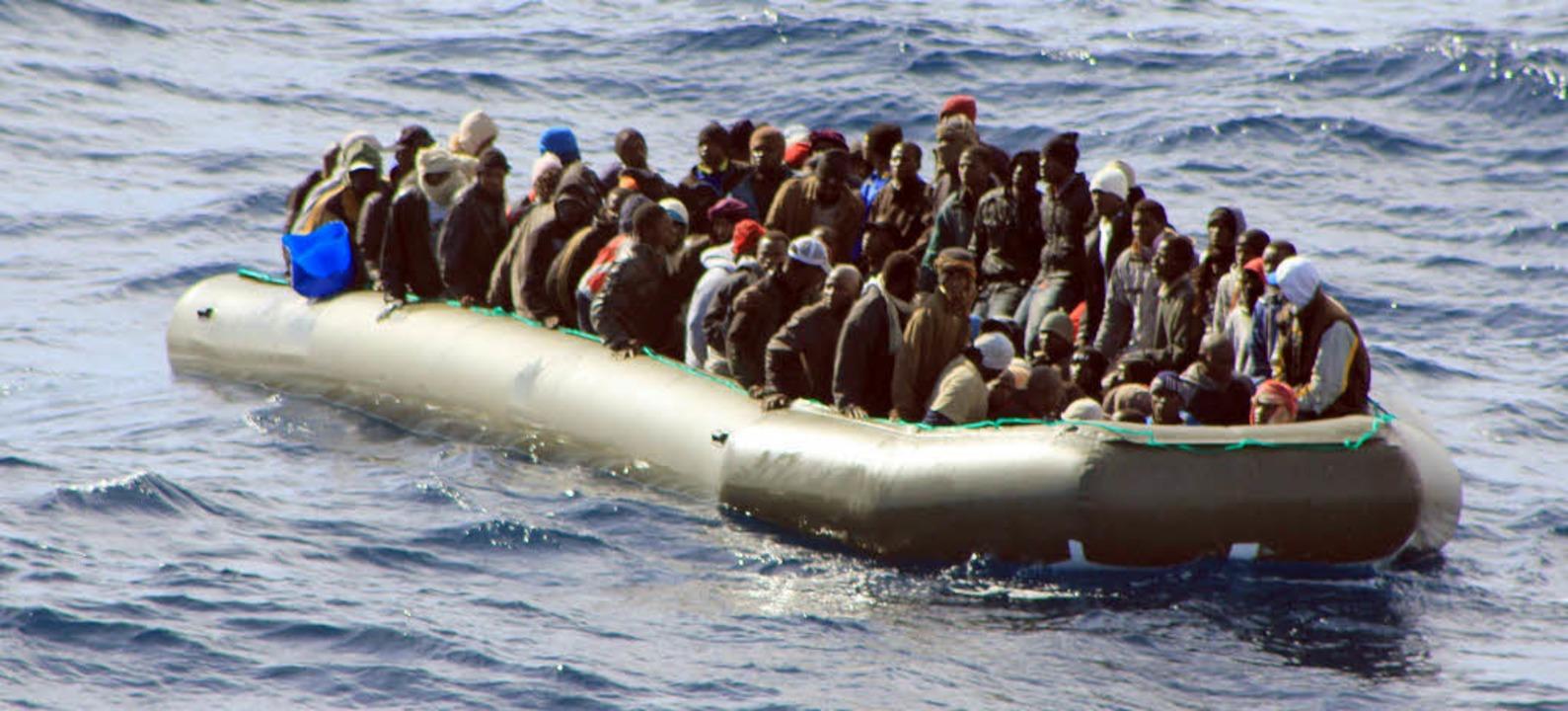 Bootsflüchtlinge: In überfüllten Boote...lung im Alten Wasserwerk gewidmet. dpa  | Foto: dpa