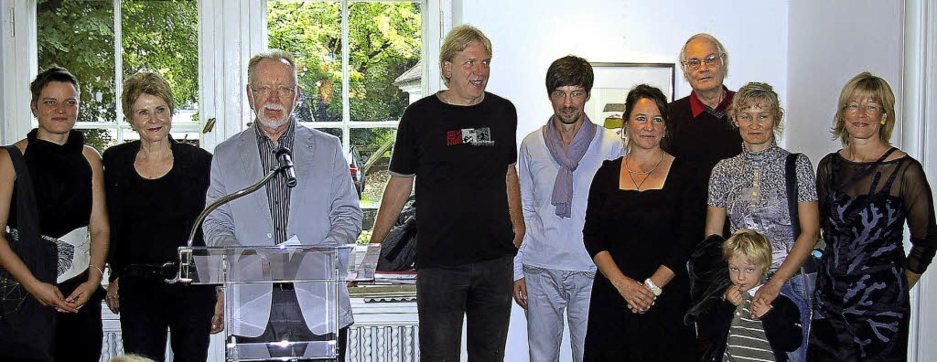 Die beteiligten Künstler: Nina Stanyak...links, nicht im Bild Jobst Schneider).  | Foto: Ernst Hubert Bilke