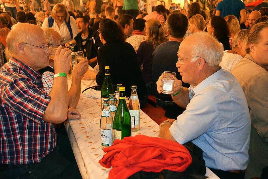 Feiern war angesagt beim Winzerfest in Efringen-Kirchen, wo am Samstagabend der Musikverein für Stimmung sorgte. (Foto: Victoria Langelott)