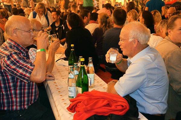 Feiern war angesagt beim Winzerfest in Efringen-Kirchen, wo am Samstagabend der Musikverein für Stimmung sorgte.