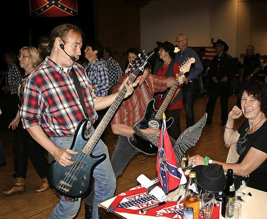 Taktgeber: Die Gitarristen der Line Da...den Westen Stuttgarts. Foto: Ines Bode  | Foto: Ines Bode