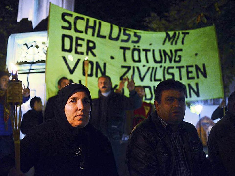 Die Mahnwache in Freiburg erinnert an die Lage in Kobane.  | Foto: Ingo Schneider
