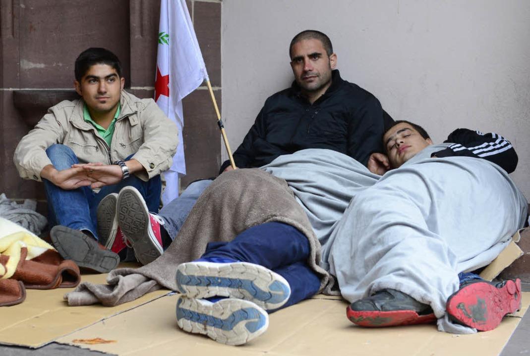 Etwa 30 Kurden übernachteten vor dem Freiburger Rathaus.  | Foto: Ingo Schneider
