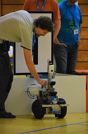 Sechs Nationen traten mit ihren selbstgebauten Robots in einem Rennen gegeneinander an.