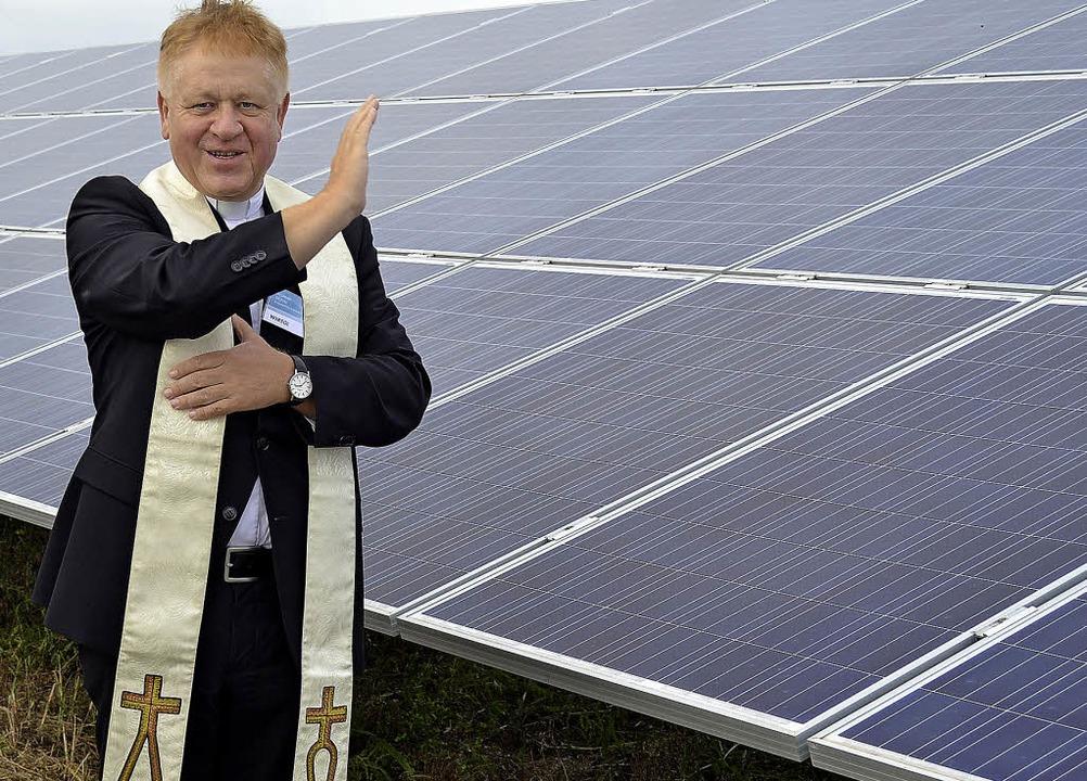 Claus Jilg vom Erzbischöflichen Ordina...burg gibt dem Solarpark seinen Segen.   | Foto: Harald Rudolf