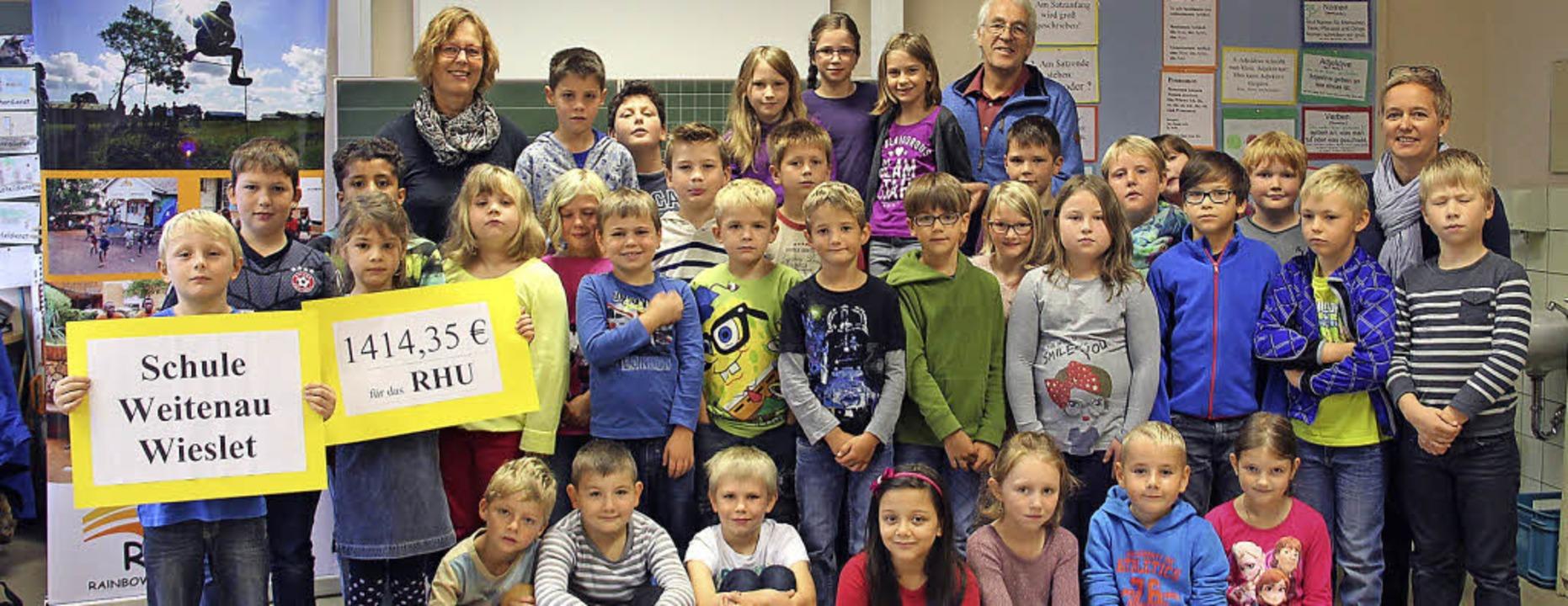 Solidarische Aktion mit Schülern in Ug...rin Astrid Nübling dabei (von links).   | Foto: monika weber
