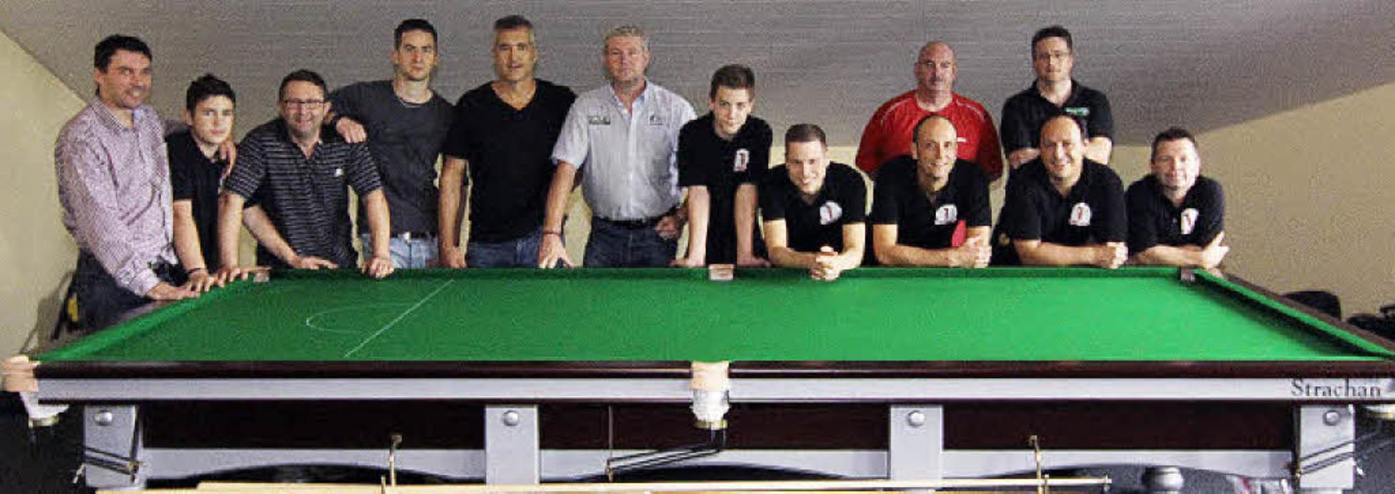 Die Snooker-Mannschaft am neuen Tisch ...daneben Peter Wagner und Simon Barker.    Foto: Privat