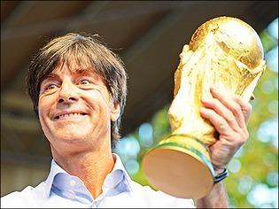 WM-Trainer Jogi L�w freut sich �ber den Empfang in Sch�nau