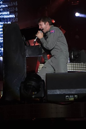 """James Blunt mit seiner """"Moon Landing""""-Tour in der Freiburger Rothausarena."""