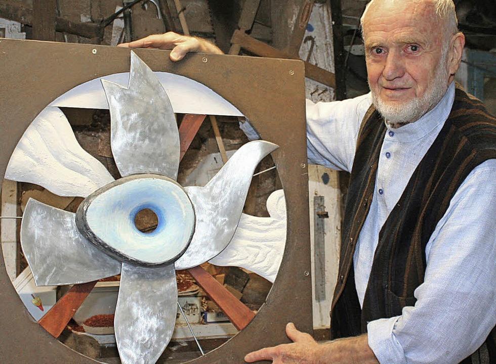 Max Sauk mit seiner Friedenstaube   | Foto: CREMER