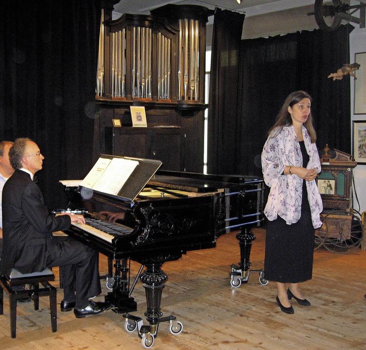 """Frauke Hofmann (Mezzosopran) und Piani... pretty"""" aus der West Side Story    Foto: Hildegard Karig"""