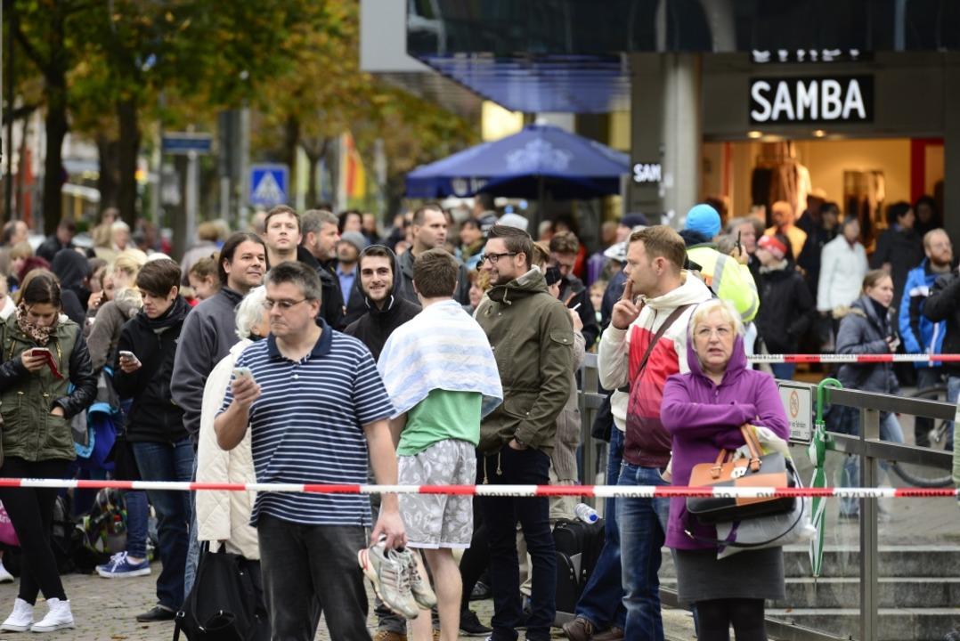 Hunderte Menschen wurden in Sicherheit gebracht.  | Foto: Ingo Schneider