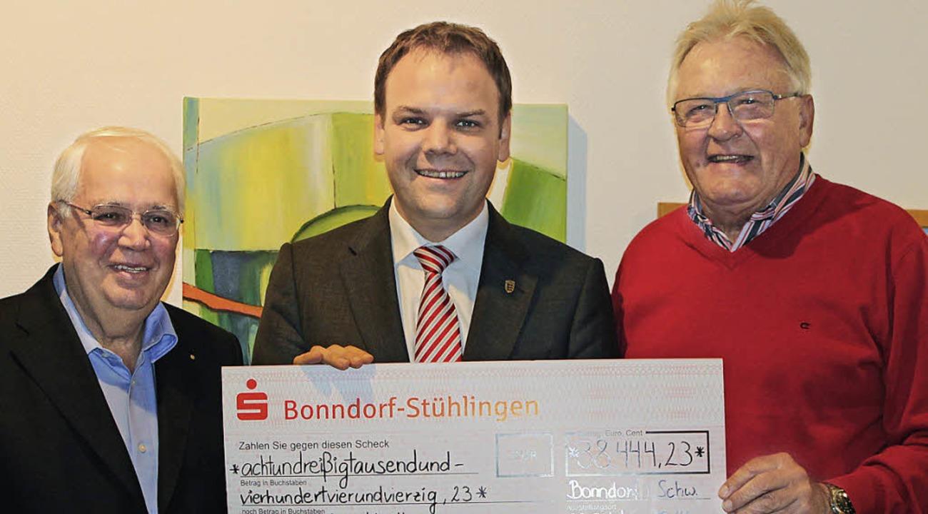 Staatssekretär Ingo Rust (Mitte) darf ...links) und Peter Marienfeld anzusehen.  | Foto: Martha Weishaar