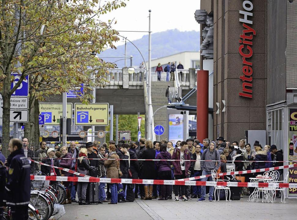 Hunderte von Menschen beobachteten nac...er Bahnhofsgebäude den Polizeieinsatz.  | Foto: Ingo Schneider
