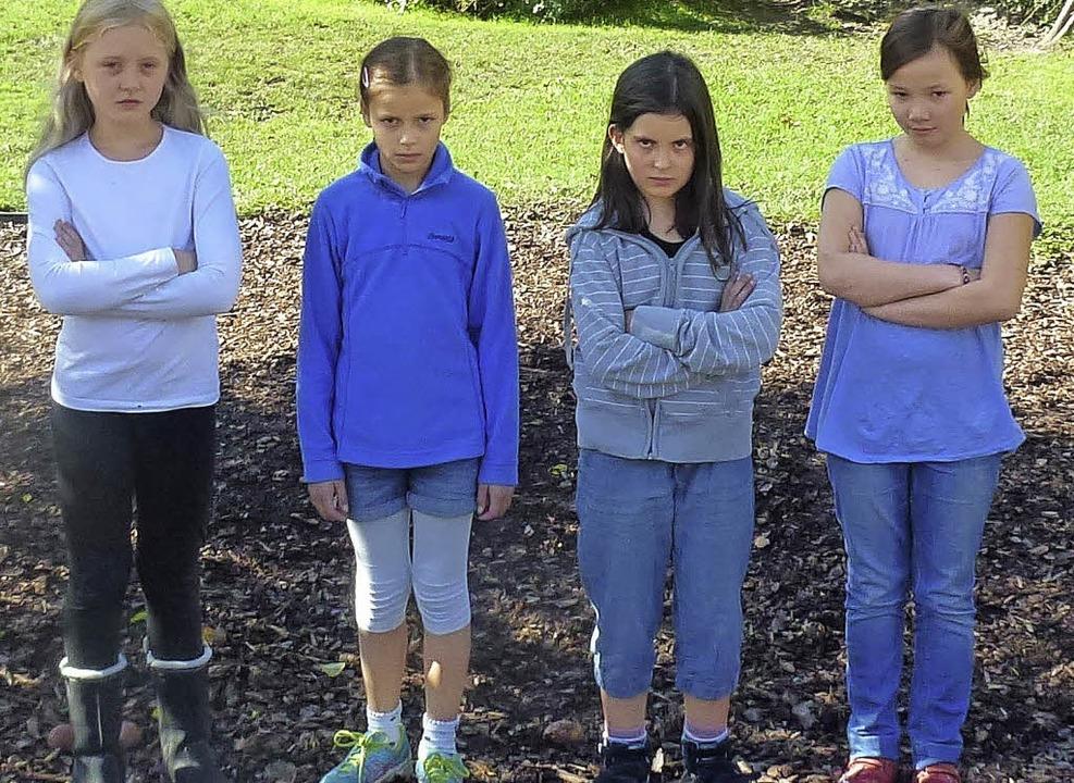 Die Mädchen sind ganz schön sauer. Hie...ch die beliebte Korbschaukel baumeln.   | Foto: Privat