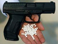 Mann mit Waffe bedroht und ausgeraubt