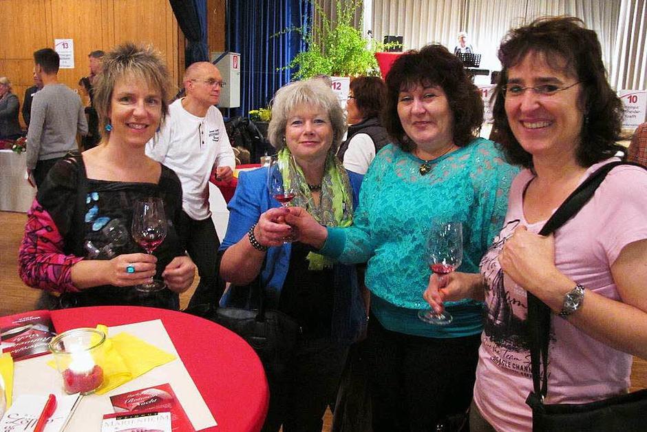 Bei der  Markgräfler Rotweinnacht  trafen  sich auch Freundinnen aus Bad Bellingen und Schliengen. (Foto: Jutta Schütz)