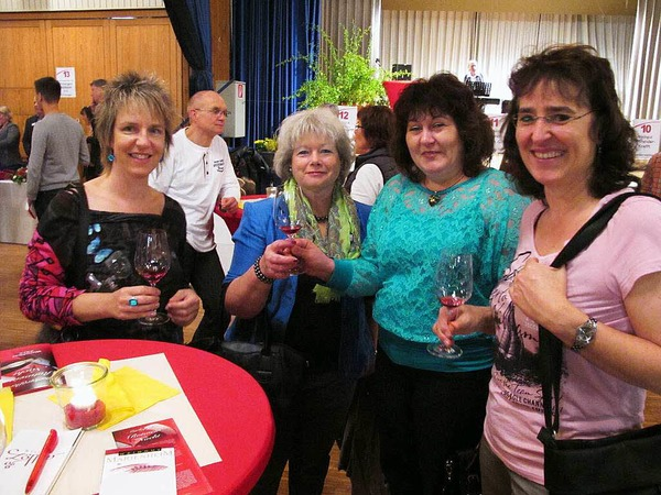 Bei der  Markgräfler Rotweinnacht  trafen  sich auch Freundinnen aus Bad Bellingen und Schliengen.