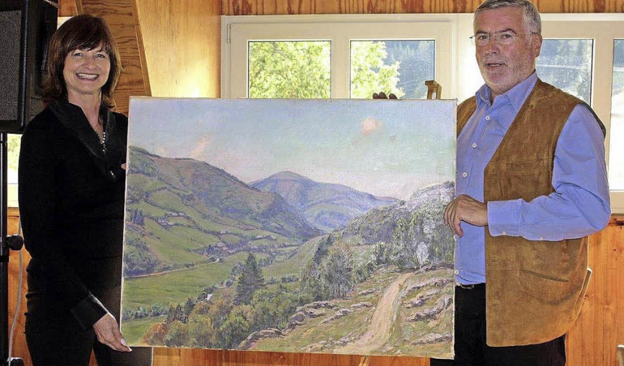 Ortsvorsteher Markus Hendel mit einer ... Muggenbrunn dieses Gemälde schenkte.   | Foto: Privat