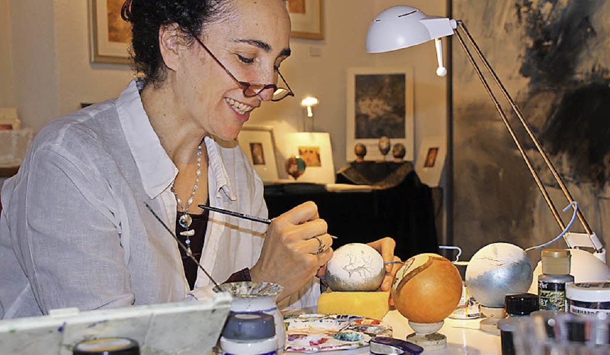 Michelle Hothum  kann man beim Malen auf Holzkugeln zuschauen.  | Foto: Christiane Franz