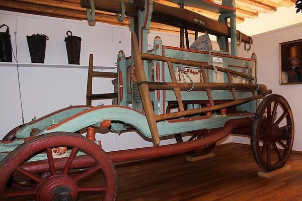 Ein Stück Feuerwehrgeschichte spiegelt die alte, kunstvoll verzierte Feuerwehrspritze aus dem Jahre 1806 wieder.