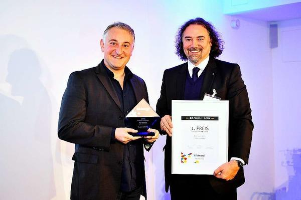 1.Preis Print & Online an Franco Orlando (li.) von Bike Sport World mit Laudator Andreas Seltmann von Hekatron