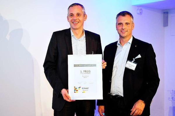 Verleihung des BZ-Award 2014 im Pressehaus der Badischen Zeitung, 3.Platz Print & Online an Daniel Strowitzki (li.) von der Messe Freiburg mit Laudator Thomas Breyer-Mayländer