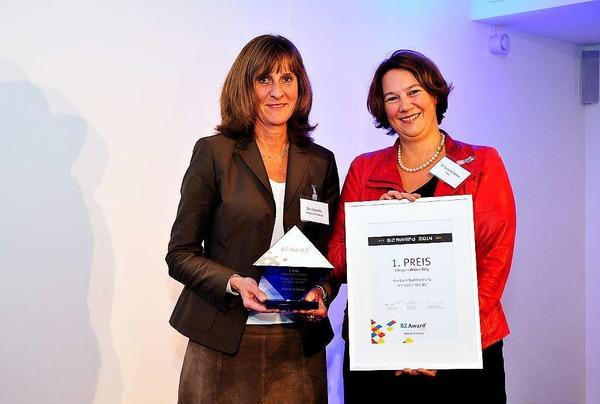 Der 1.Platz Online Only ging an Elke Siebenrock (li.) von der Buchhandlung Rombach, hier mit Laudatorin Franziska Pankow von der FWTM