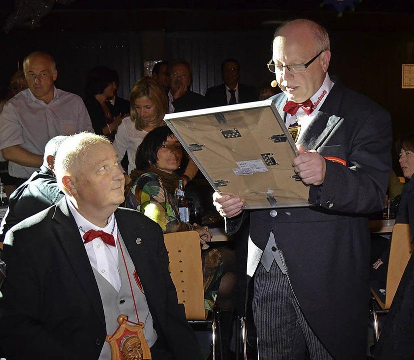 Ehrung:  Rainer Wassmer  wird von Mauthe zum Ehrenzunftrat ernannt.  | Foto: Silke Hartenstein
