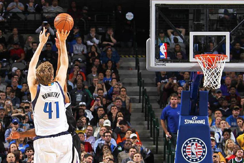 8:56 Minuten vor  Ende der Spielzeit ist es geschafft:  Mit einem Wurf aus der Mitteldistanz zieht Dirk Nowitzki in der Nacht auf Mittwoch in der ewigen Scorerliste der NBA am Nigerianer Hakeem Olajuwon vorbei. Nur acht Spieler waren bislang  erfolgreicher. (Foto: dpa)