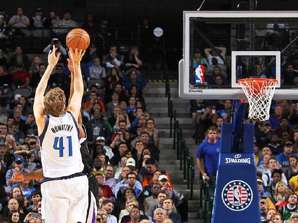 8:56 Minuten vor  Ende der Spielzeit ist es geschafft:  Mit einem Wurf aus der Mitteldistanz zieht Dirk Nowitzki in der Nacht auf Mittwoch in der ewigen Scorerliste der NBA am Nigerianer Hakeem Olajuwon vorbei. Nur acht Spieler waren bislang  erfolgreicher.