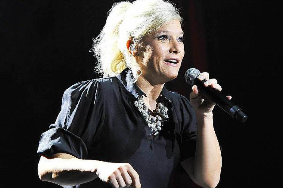 Sängerin und Entertainerin Ina Müller bot in Freiburg wieder eine überzeugende Vorstellung mit Band und Bühnenshow, neuen und alten Kalauern und viel guter Musik. (Foto: Hans-Peter Müller)
