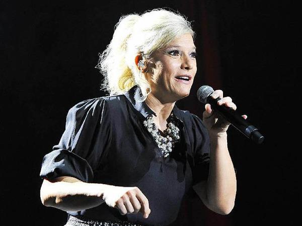 Sängerin und Entertainerin Ina Müller bot in Freiburg wieder eine überzeugende Vorstellung mit Band und Bühnenshow, neuen und alten Kalauern und viel guter Musik.