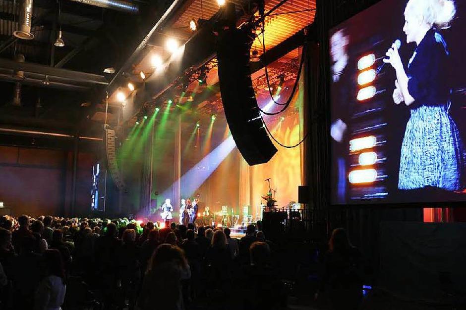 Zwei Riesen-Videowände und eine imposante Lightshow samt Bühnenbildern und Projektionen sorgten auch optisch für Abwechslung (Foto: Hans-Peter Müller)