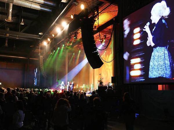 Zwei Riesen-Videowände und eine imposante Lightshow samt Bühnenbildern und Projektionen sorgten auch optisch für Abwechslung