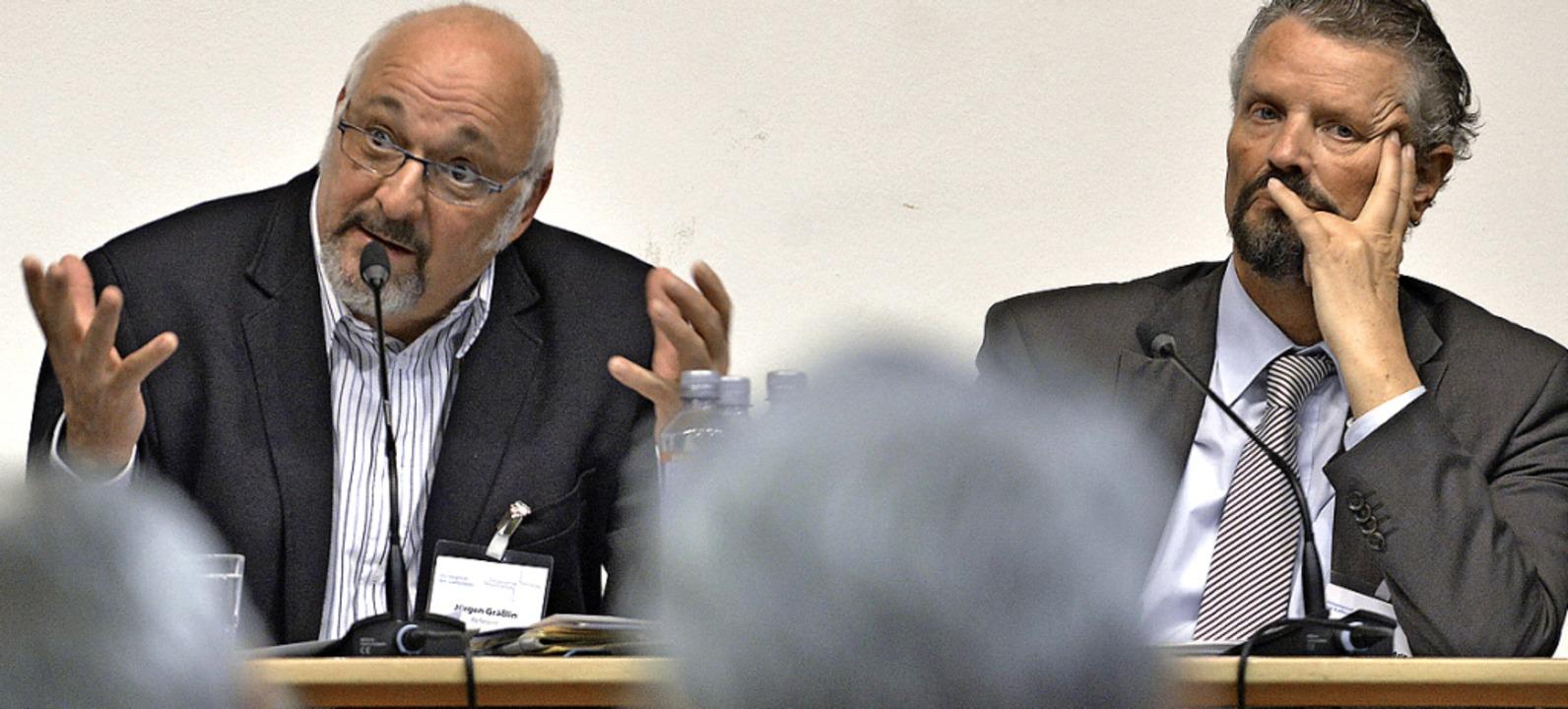 Meinungsstark sind sie beide: Jürgen G...rnot Erler bei der Podiumsdiskussion.   | Foto: Michael Bamberger