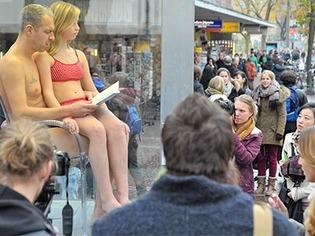 Performance mit Bikini-M�dchen in Freiburg: Provokantes Spiel mit dem Bild im Kopf