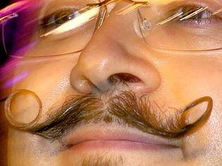 Mode: Schnurrb�rte sind in, Vollb�rte out - Mann tr�gt Oberlippenbehaarung