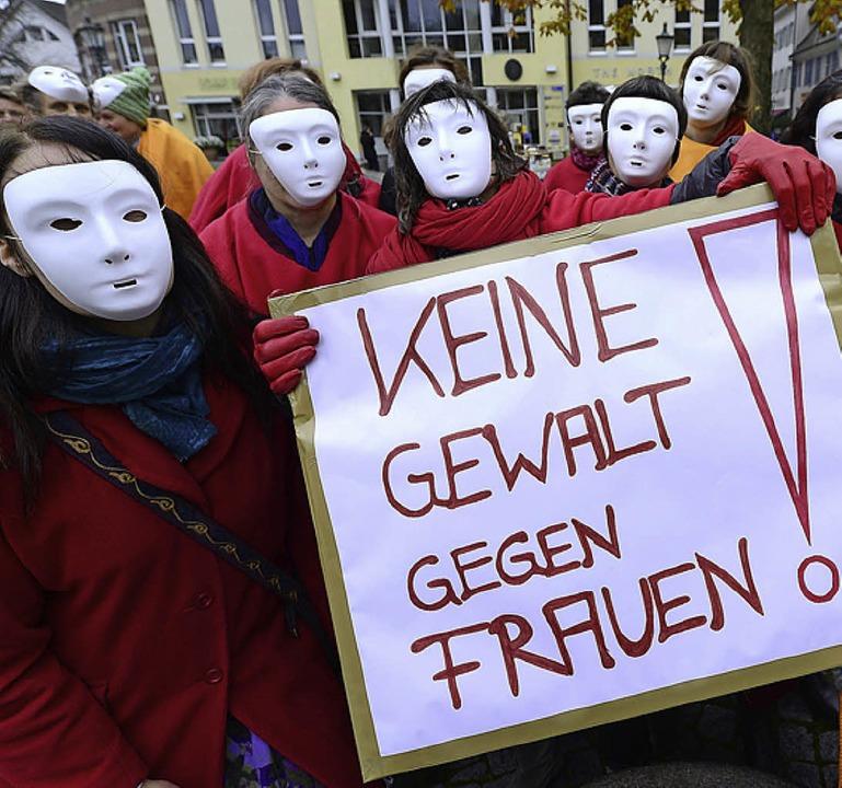 """Rund 20  Frauen und Männer zogen zum S...16 Tage""""-Aktion durch Freiburg.     Foto: Schneider"""